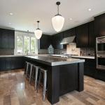Edelstahl und Holz verbinden sich zu einem charakterstarken Küchenstil.