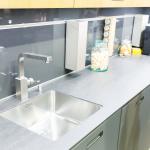 Die moderne Edelstahlküche findet Platz auf kleinstem Raum.